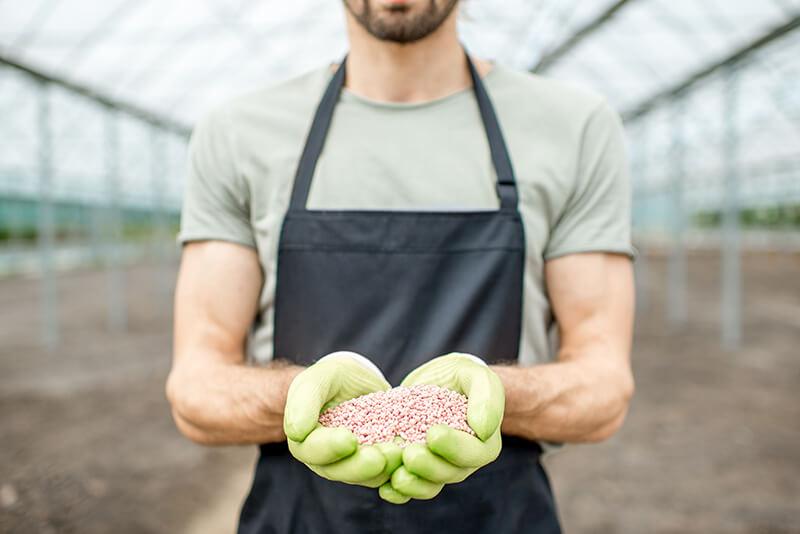 Farmer_Fertilizer_800